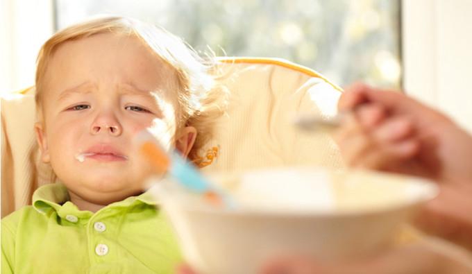 Jedenważny powód, aby niezmuszać dzieci do jedzenia, ubierania się i rozdawania buziaków